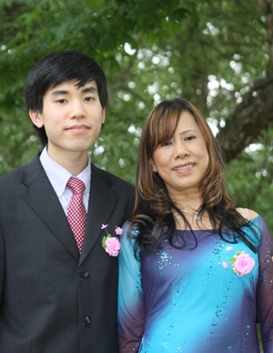 Dr. Le with his late mother, Hoa Le.